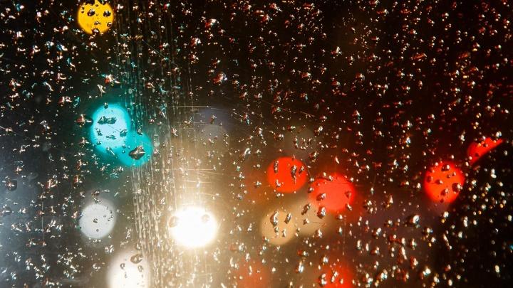 «Лужи стали неприлично большими»: в Волгограде дождевые потоки залили Нулевую Продольную