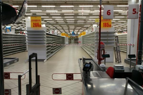 Полки в гипермаркете пустые