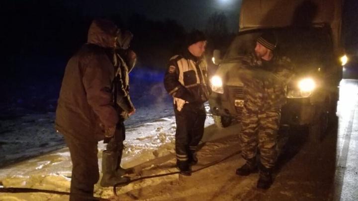 Свердловские полицейские спасли мужчин, которые застряли на трассе в -32°С из-за поломки двигателя