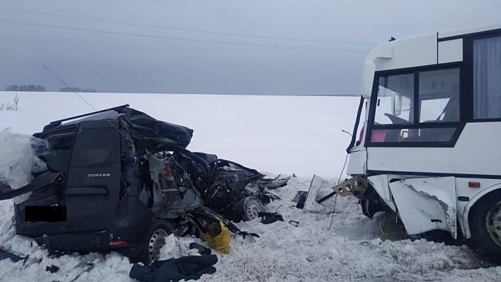 В Кетовском районе при столкновении Renault Dokker и автобуса КАВЗ погибли два человека