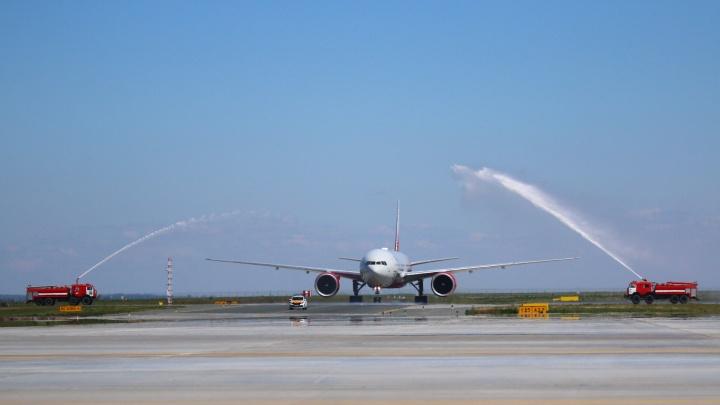 С водной аркой и синими волосами: в Курумоче приземлился первый Boeing 777 с колумбийцами