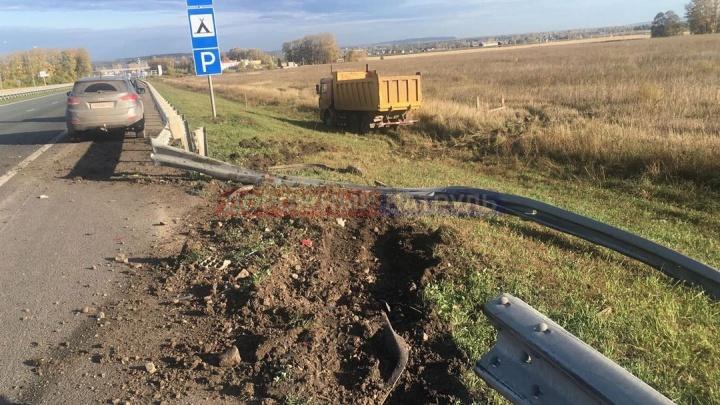 Последствия наезда самосвала на легковушку в Башкирии попали на видео