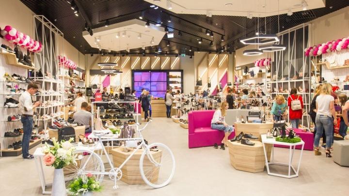 В популярной сети магазинов началась распродажа летней коллекции обуви со скидками от 50% до 80%