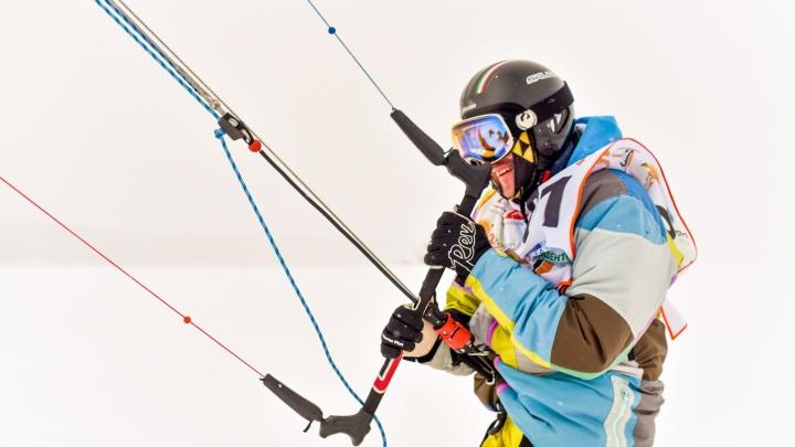 «Гоняться приходилось по колено в снегу»: уральский сноукайтер победил на Кубке России под Казанью