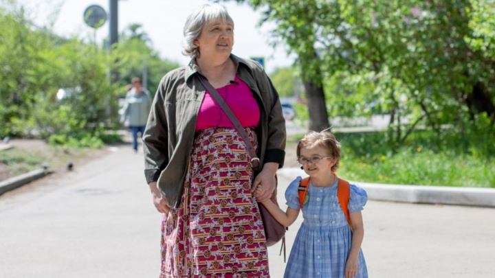 «Им за 30, а они выглядят на 5 лет»: челябинская учительница воспитала двух детей-карликов
