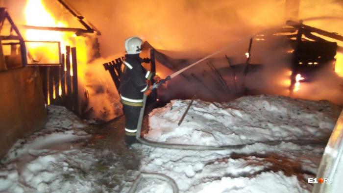 Пламя охватило три дома, 200 квадратных метров