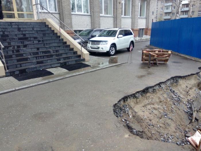 Асфальт возле здания провалился ещё в прошлом месяце