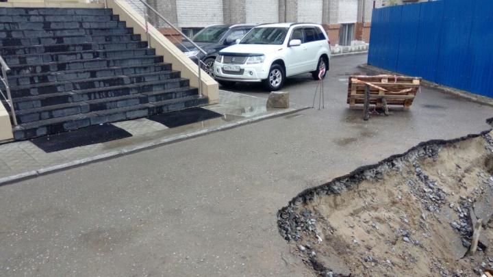 Это провал: чиновники пожаловались на дыру в асфальте у скандальной стройки на Челюскинцев