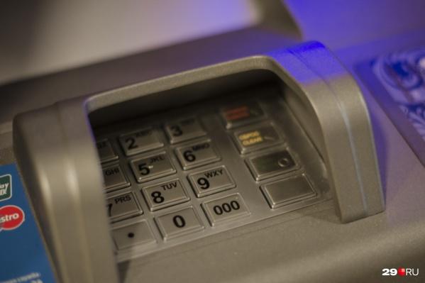 Женщина позволила мошенникам завладеть доступом к ее банковской карте
