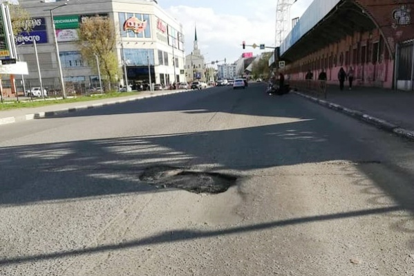 Огромная яма на улице Победы мешает движению уже несколько месяцев