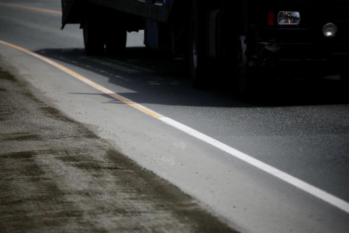 Белая и желтая линия разметки, идущие по краю дороги, являются постоянными. При этом белая разрешает остановку и стоянку, жёлтая — нет