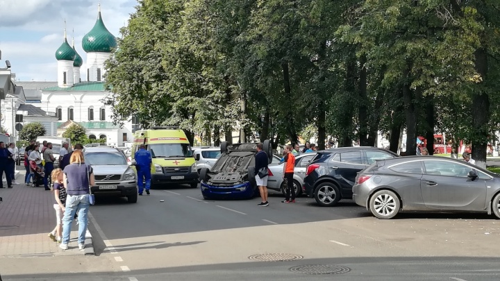 «Чудом не переломались»: на улице Чайковского автомобиль с подростком за рулём перевернулся на крышу