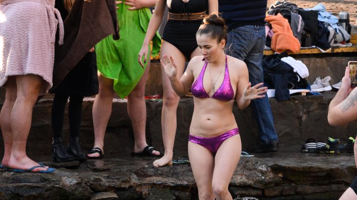Холод нипочем: 10 жарких фото ростовчанок, рискнувших искупаться в ледяной воде на Крещение