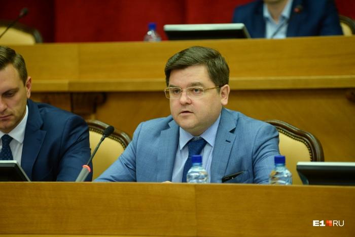 Доклад об изменениях представил руководитель аппарата администрации Екатеринбурга: Илья Захаров