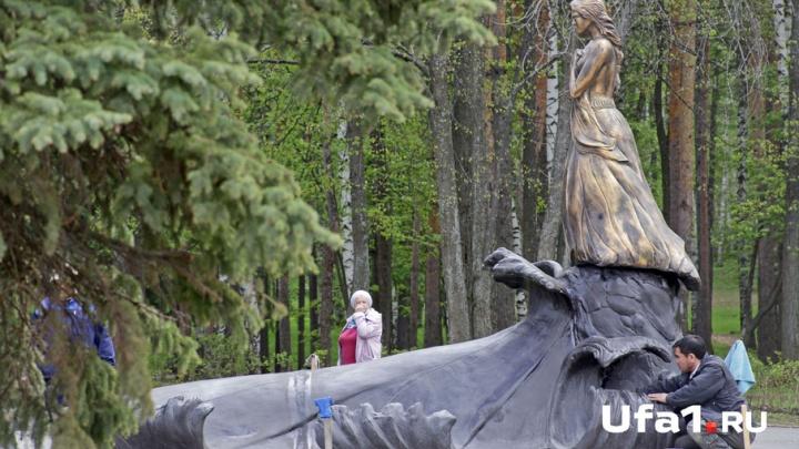 В парке Победы в Уфе устанавливают новый памятник