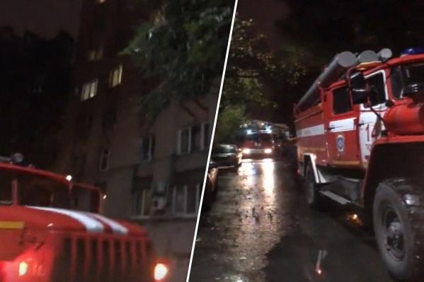Очевидцы видели у подъезда несколько пожарных машин, скорую помощь и полицию