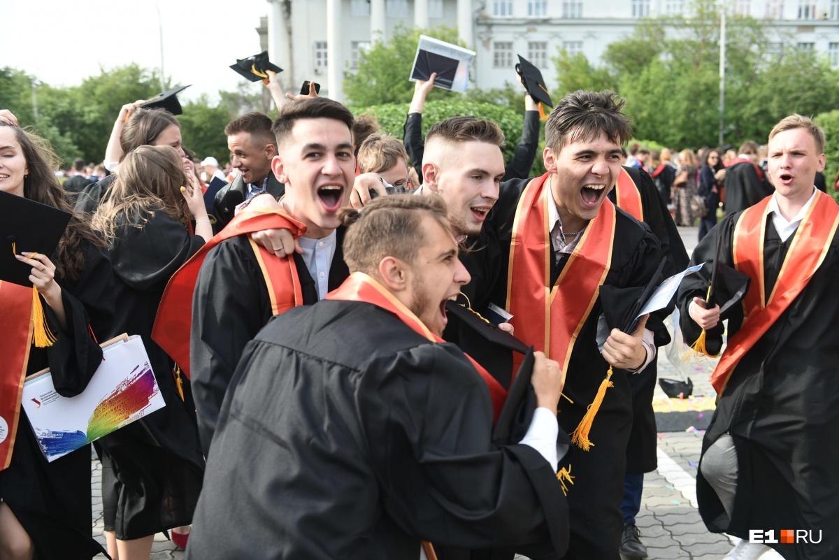 Церемонию вручения дипломов УрФУ провел звезда «Орла и решки» Антон Зайцев: фоторепортаж с праздника