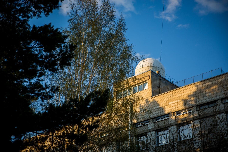 Так обсерватория выглядит с территории студгородка НГУ