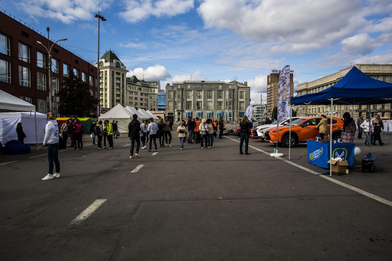 Площадь Ленина почти опустела.