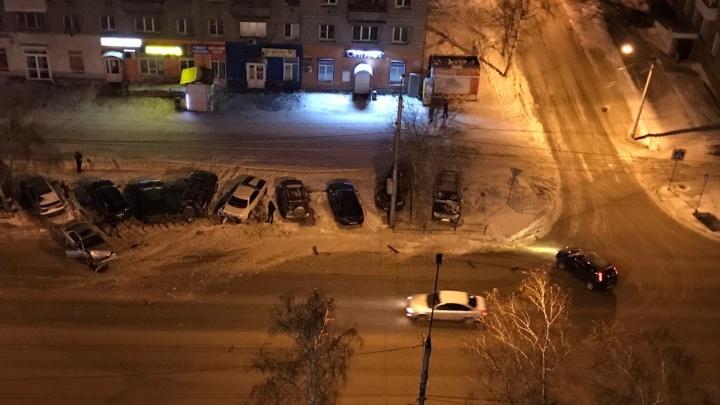 Водитель седана вылетел с дороги и разбил четыре машины на парковке