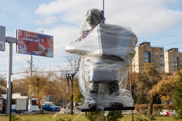 Скульптура установлена в сквере имени Александры Пахмутовой