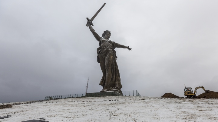 «Готовим рабочую площадку»: в Волгограде у подножия Родины-матери начались земляные работы