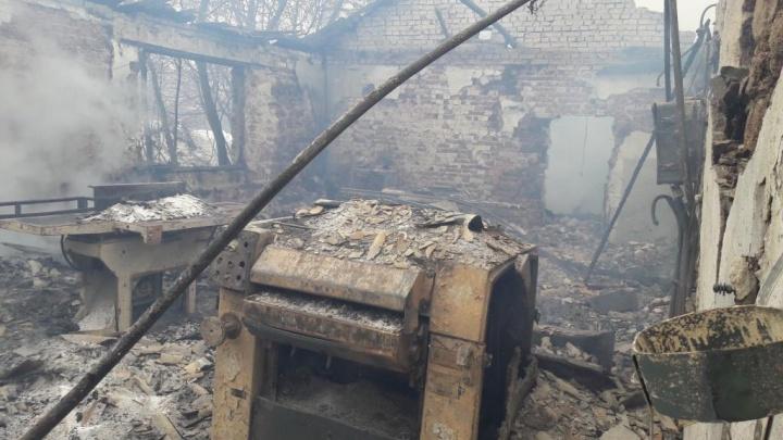 В Ростовской области дотла сгорел деревообрабатывающий завод