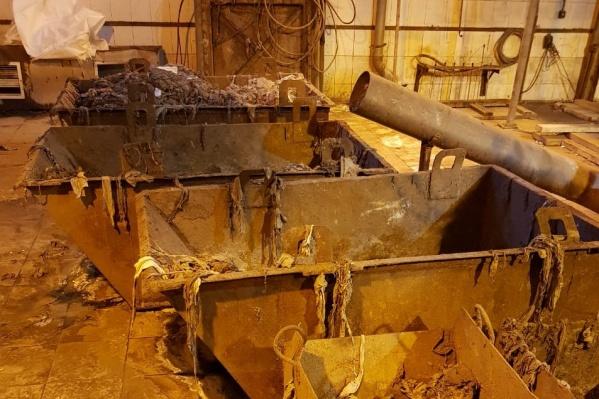 Горадмин считает, что предприятия Архангельска сбрасывают в канализацию брёвна, доски, обрезки ткани, куски железобетона, из-за чего выходят из строя насосы