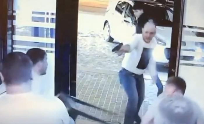 Этот мужчина размахивал пистолетом и несколько раз выстрелил