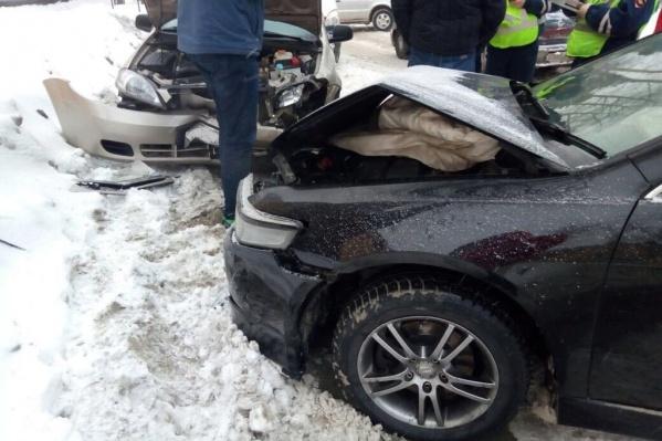 Обе машины сильно повредили передние части