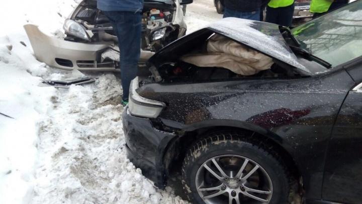 Acura на встречке устроила ДТП в Калининском районе: один человек попал в больницу
