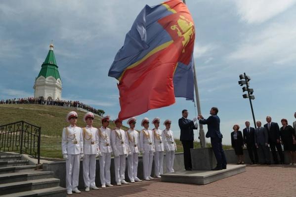 Вчера праздник начался с торжественного поднятия флага на Караульной горе