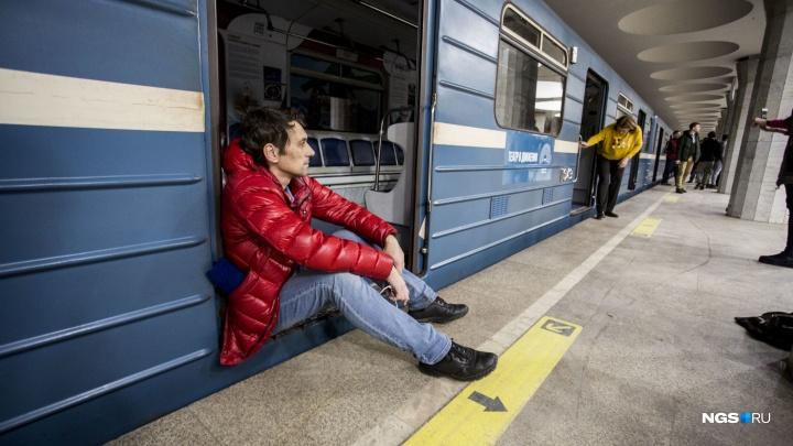 Чиновники мэрии и еще сотня человек собрались ночью в метро Новосибирска. Показываем, что там происходило