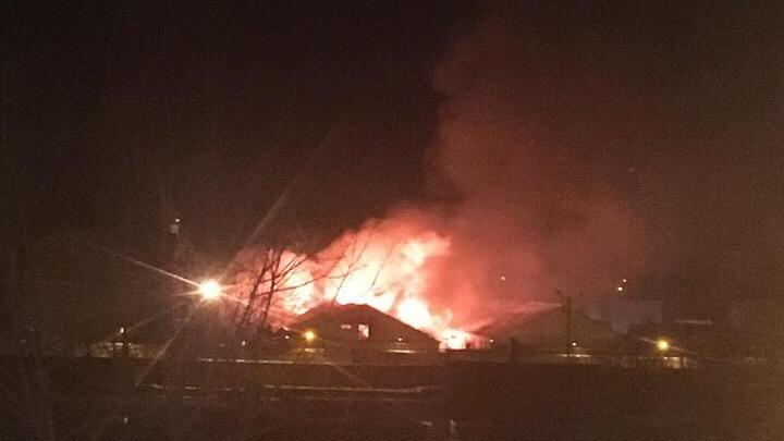 В Башкирии загорелось здание на территории исправительной колонии, очевидцы сняли видео