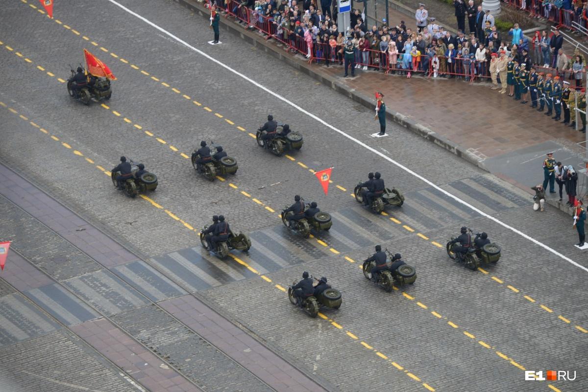 Парад с высоты: фоторепортаж с праздничного шествия военных в Екатеринбурге