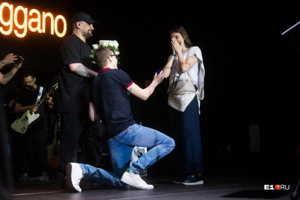 Владислав Рябухин пригласил свою девушку на сцену