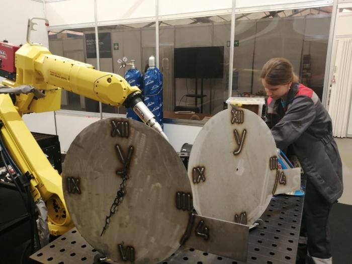Задачей ребят было придумать часы заданного диаметра, смоделировать цифровой двойник и создать программное обеспечение для их производства