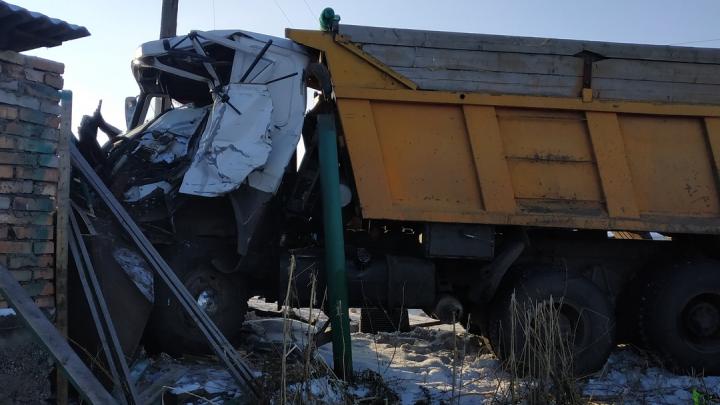 Водитель грузовика после аварии слетел с трассы и врезался в здание. Есть погибшие