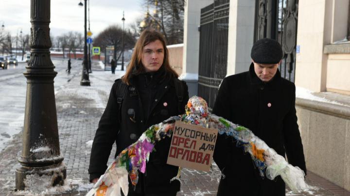 Мусорный орёл: на улице Санкт-Петербурга появилась скульптура из отходов для губернатора Поморья