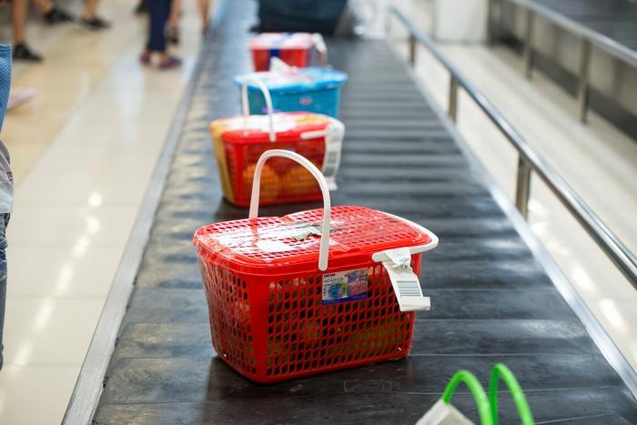 Корзины с фруктами — обычный багаж пассажиров из Нячанга