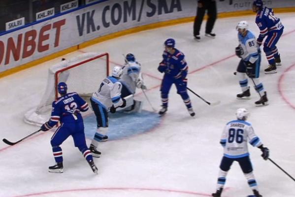 В конце игры нападающий«СКА» забил шайбу в пустые ворота«Сибири»