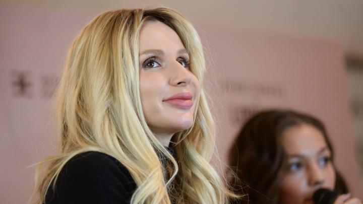 Певица Светлана Лобода выступила в «Сима-ленде», а зрители носили её на стуле