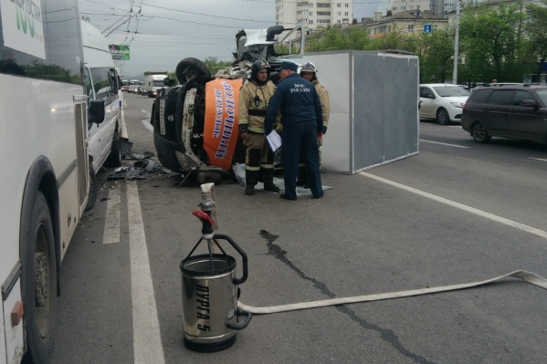 На месте ДТП работали спасатели МЧС