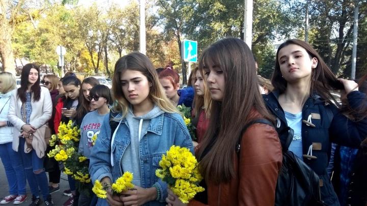 Скорбим вместе с Керчью: в Ростове на Большой Садовой прошла траурная акция