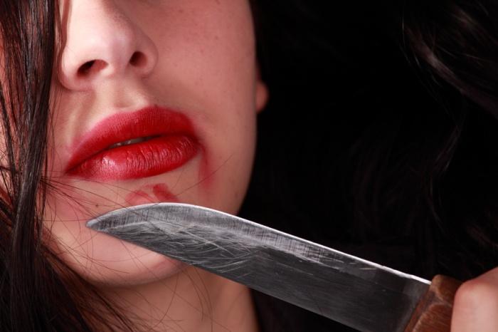 Ревнивая жена порезала спящего мужа после того, как услышала в телефоне женский голос