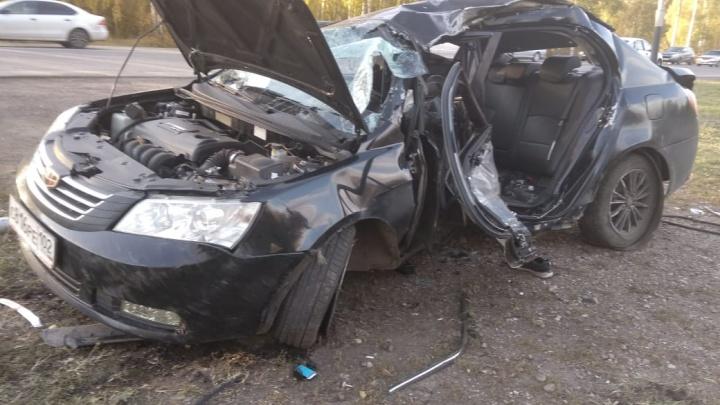 В Салавате иномарка снесла столб и вылетела в кювет: водитель погиб
