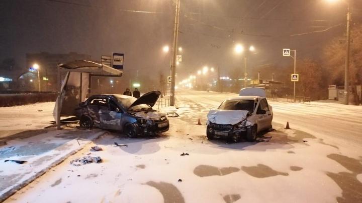 Пьяный водитель легковушки устроил ДТП и снёс остановку на Дианова