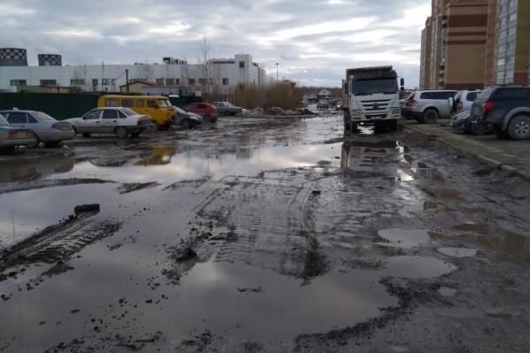 В этом году здесь обещают построить дорогу, протяженность которой составляет около километра, сделать тротуары и освещение