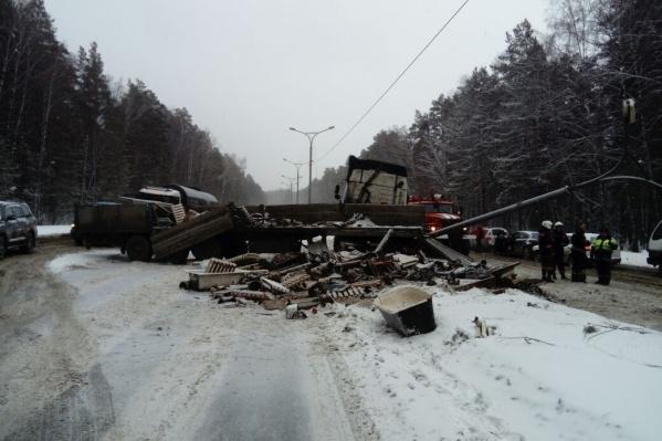 Авария случилась около часа назад —движение по Бердскому шоссе ещё перекрыто