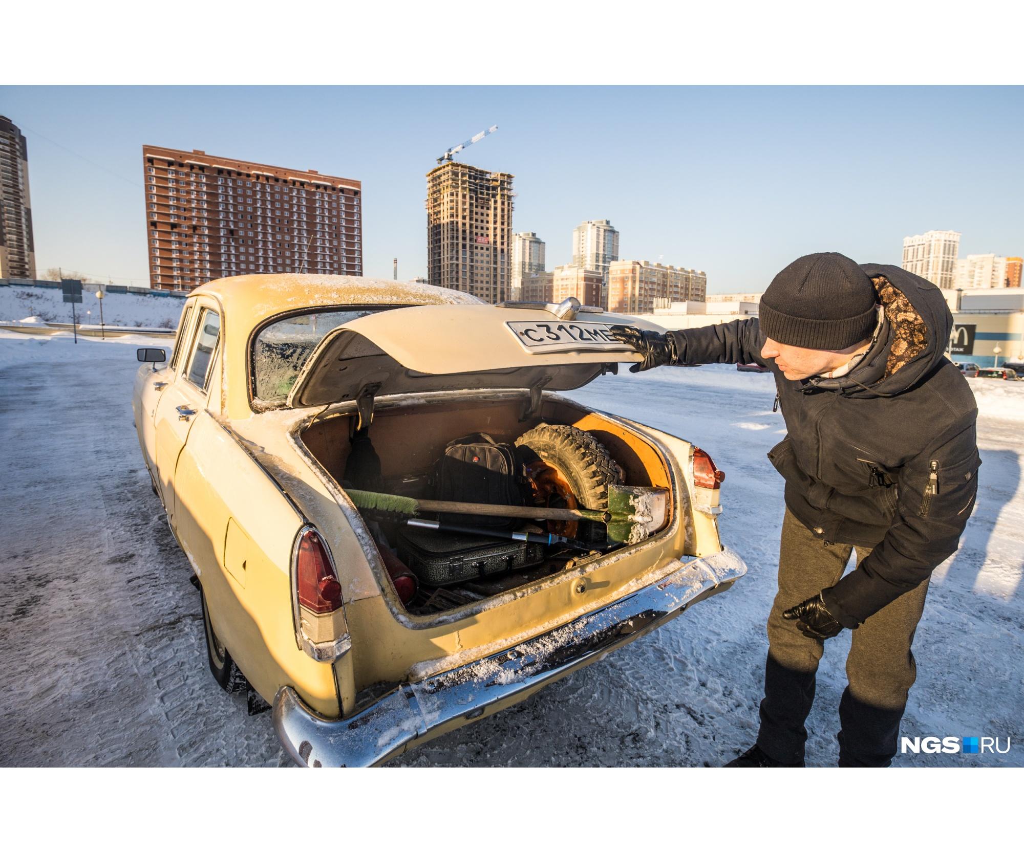 В багажнике лопата, запаска, набор инструментов